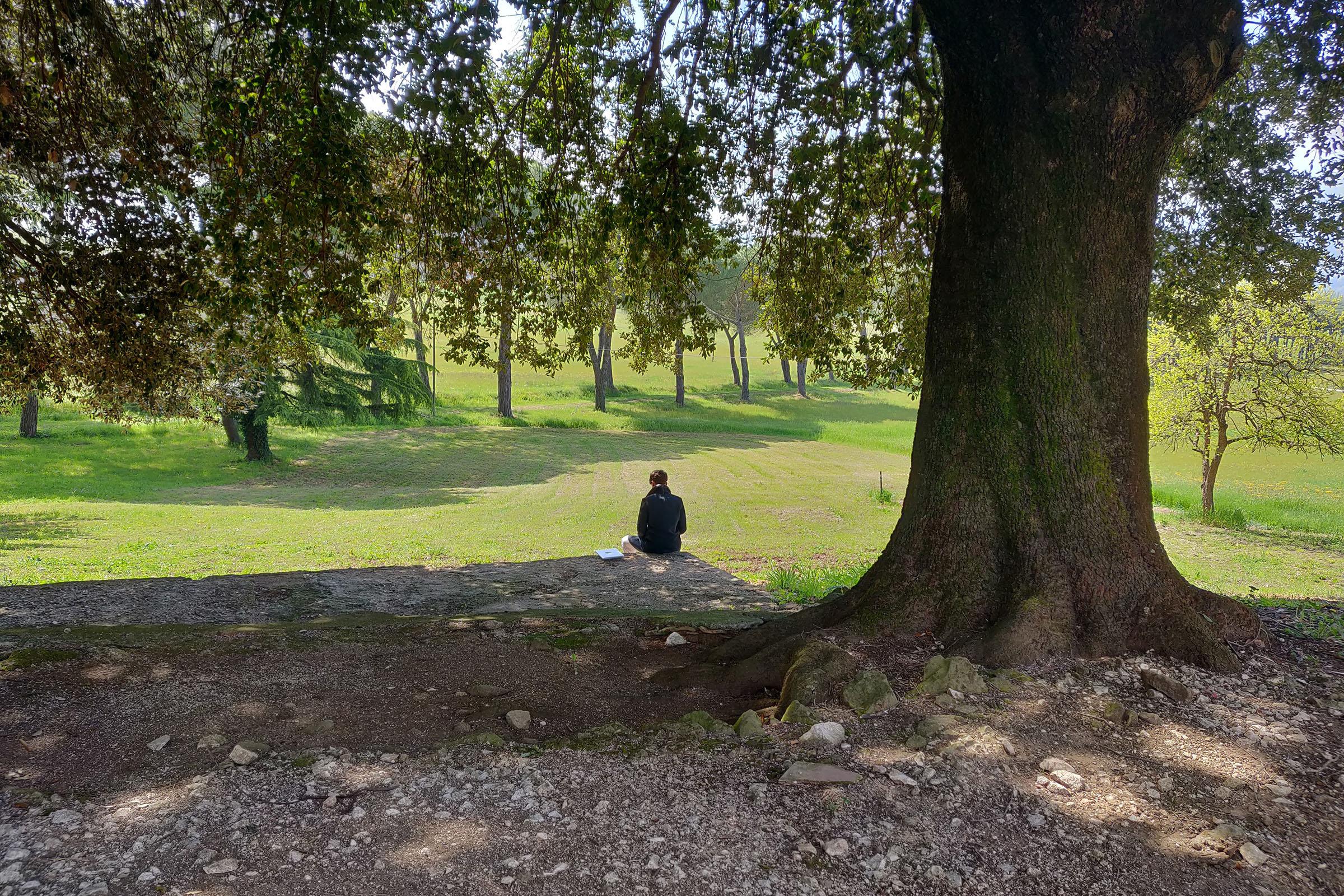 Osoba sidi u zelenom pod drivom